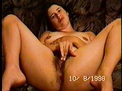 Holly spreizt ihre Beine und Finger haarige Muschi und leckt Finger