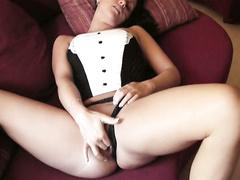 Amateur masturbiert zu einem großen Orgasmus auf der Couch spielen mit Pussy