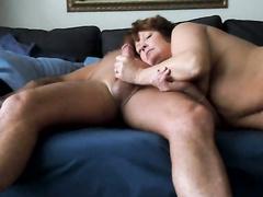 Reife Schlampe wird in ihre heiße nasse rosa Pussy mündlichen Fick mit Nabe gefingert