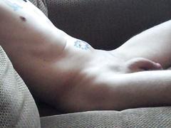 Saß auf der Couch nackt Beobachtung TV wartete mich cum zu machen