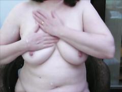53 Jahre alt spielt mit ihren Titten rieb sie mit Lotion