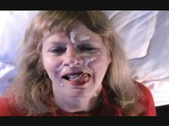 Ein cum Explosion auf einer reifen Blondinen Gesicht Sperma spunk Gesichts