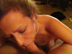 Frau Leslie Gibt Pleasuable Hot Oral Sex